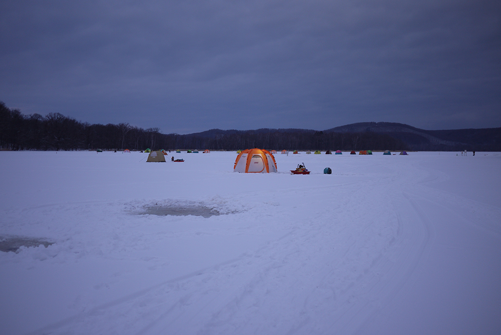 網走湖で氷上ワカサギ釣り!